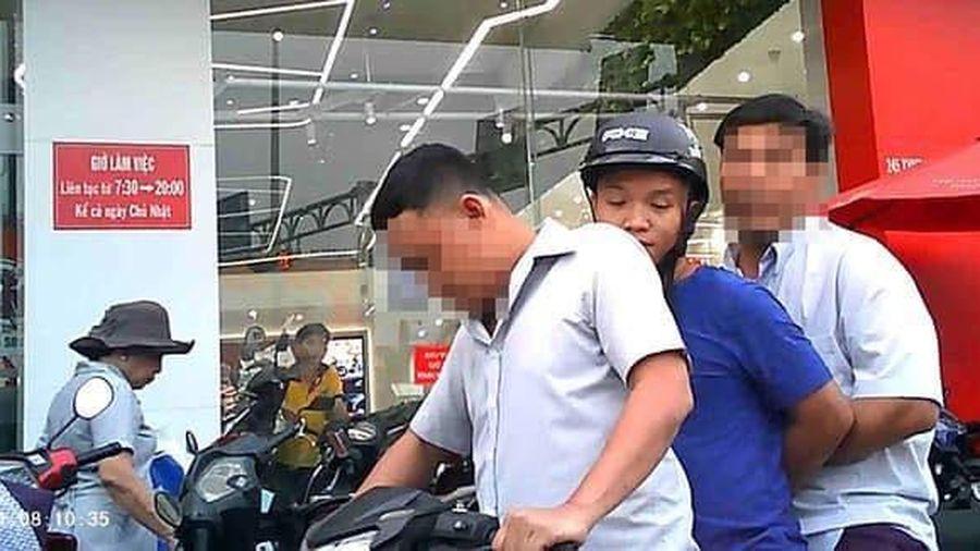 Thiếu úy cùng dân phòng đưa người chạy xe vi phạm về phường rồi mặc cả đòi tiền