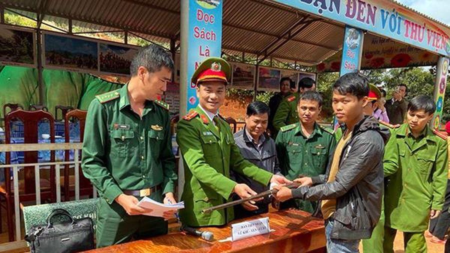 Công an xã Đắk N'Drót tuyên truyền, thu hồi vũ khí