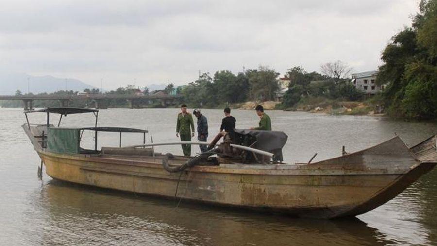 Bắt giữ nhiều đò máy khai thác cát trái phép trên sông Bồ