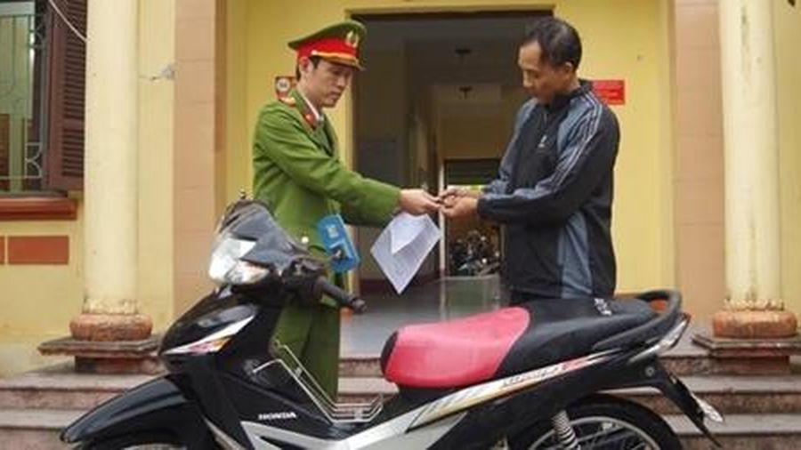 Người dân nhận lại chiếc xe máy sau 6 năm bị trộm