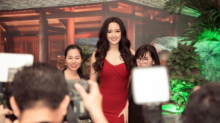 Hoa hậu Mai Phương Thúy gợi cảm khoe vai trần với đầm đỏ
