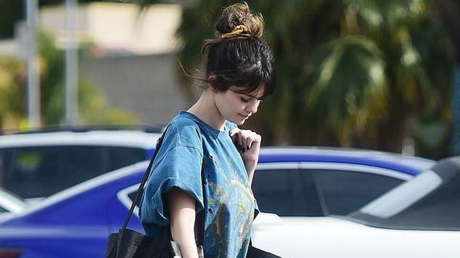 Selena xinh đẹp đi mua sắm sau khi viết ca khúc ám chỉ Justin Bieber