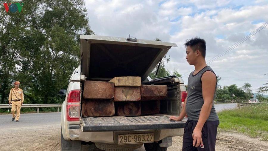 Tạm giữ xe bán tải sử dụng biển số giả chở gỗ lậu