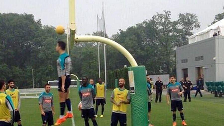 Clip: Cristiano Ronaldo biểu diễn khả năng bật cao đánh đầu trên sân tập