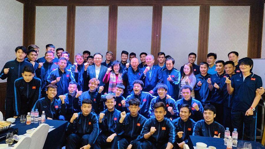 Đại sứ đặc mệnh toàn quyền Việt Nam tại Hàn Quốc thăm U23 Việt Nam