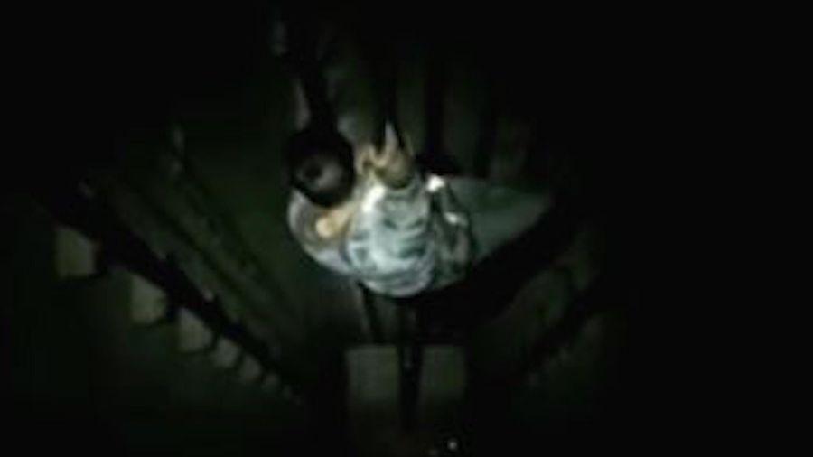 Giải cứu người đàn ông bị rơi từ tầng 30 trong thang máy không đáy