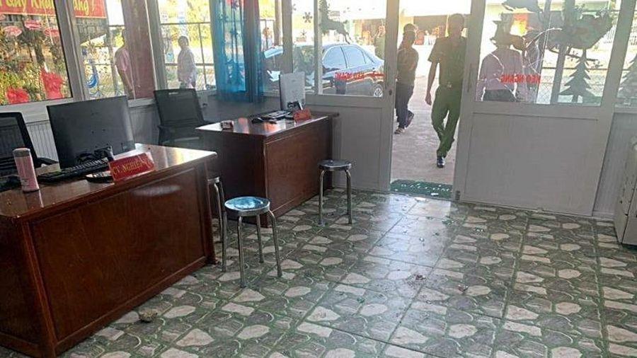Văn phòng công chứng liên tục bị ném đá, tạt mắm tôm