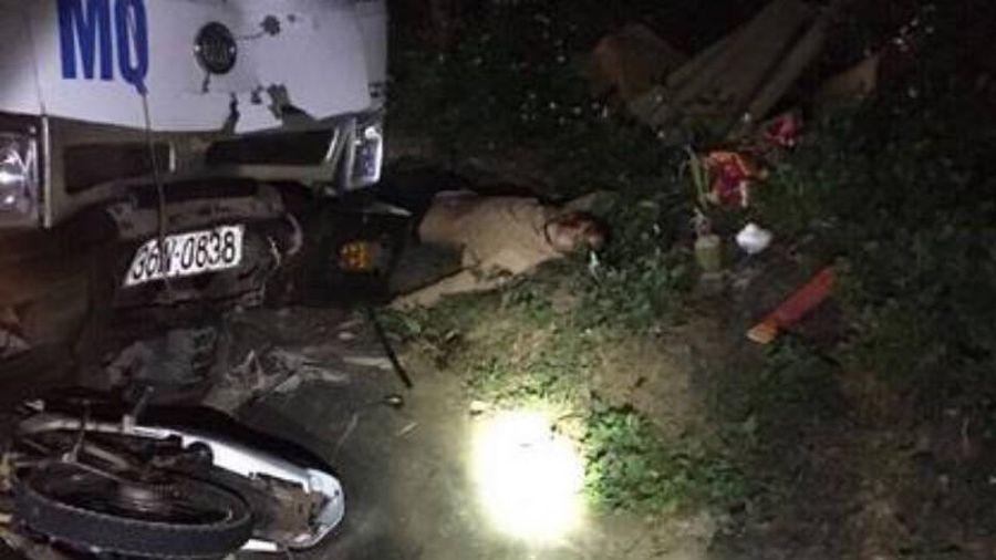 Xe máy va chạm ô tô tải, 3 người tử vong tại chỗ