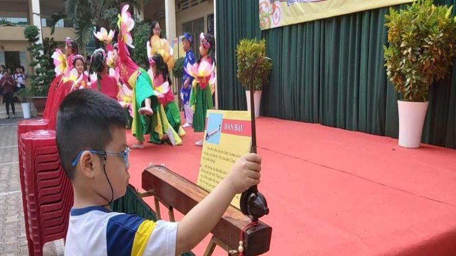 Học sinh tiểu học khám phá nhạc cụ dân tộc