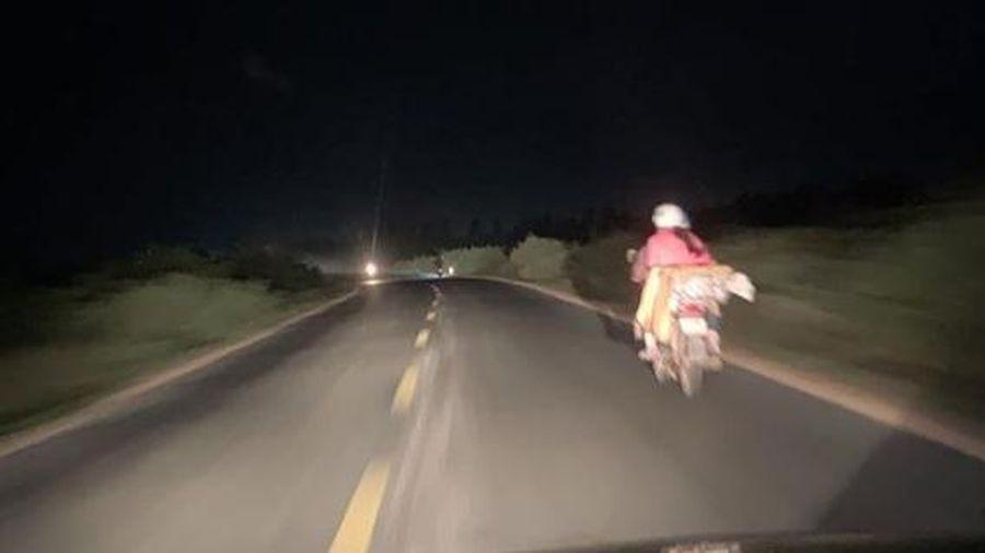 Tài xế ôtô soi đèn đường 60 km cho xe máy đi giữa trời tối
