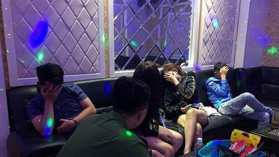 Bắt quả tang hơn 10 nam nữ dùng ma túy ở quán karaoke Thảo Ly