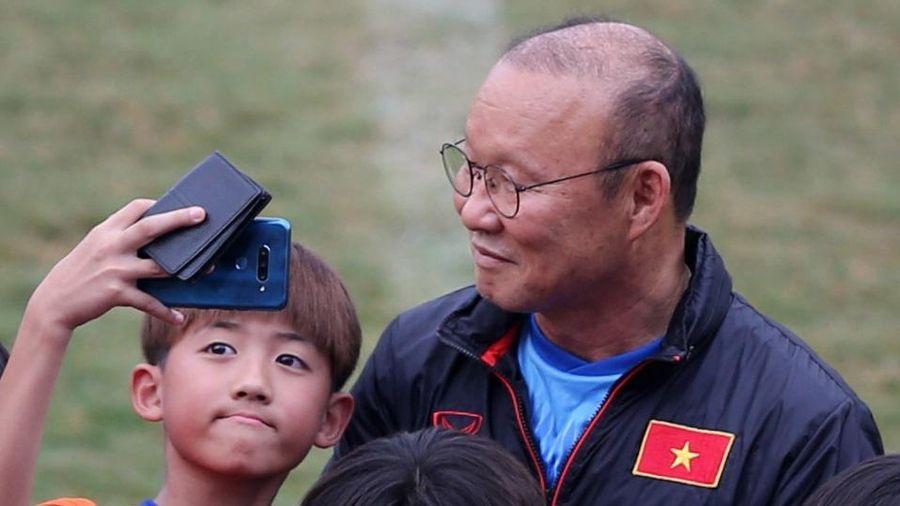 Hơn 100 CĐV Hàn Quốc vây kín thầy Park ở TP.HCM