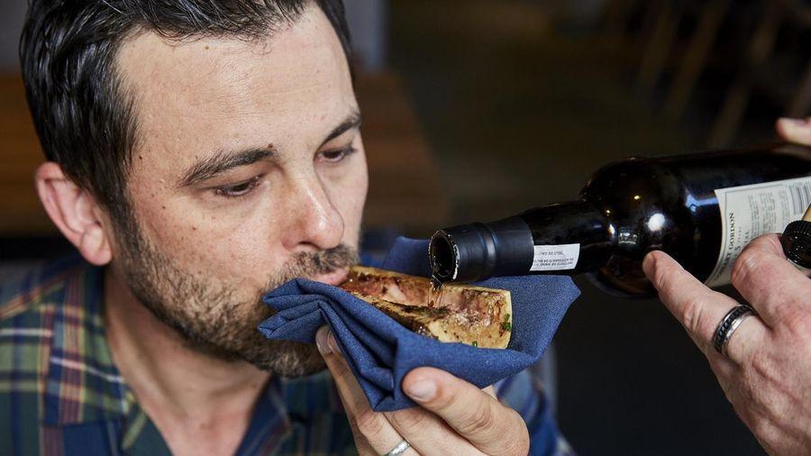 Cách thưởng thức rượu bằng khúc xương ở nhà hàng Mỹ