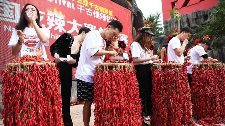 Nóng bừng người với cuộc thi ăn ớt chỉ thiên siêu cay