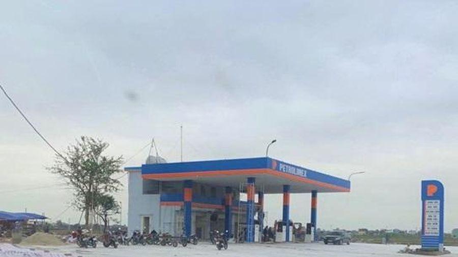 Hải Hậu - Nam Định: Cửa hàng xăng dầu không phép ngang nhiên tồn tại, chính quyền biết nhưng chưa xử lý?