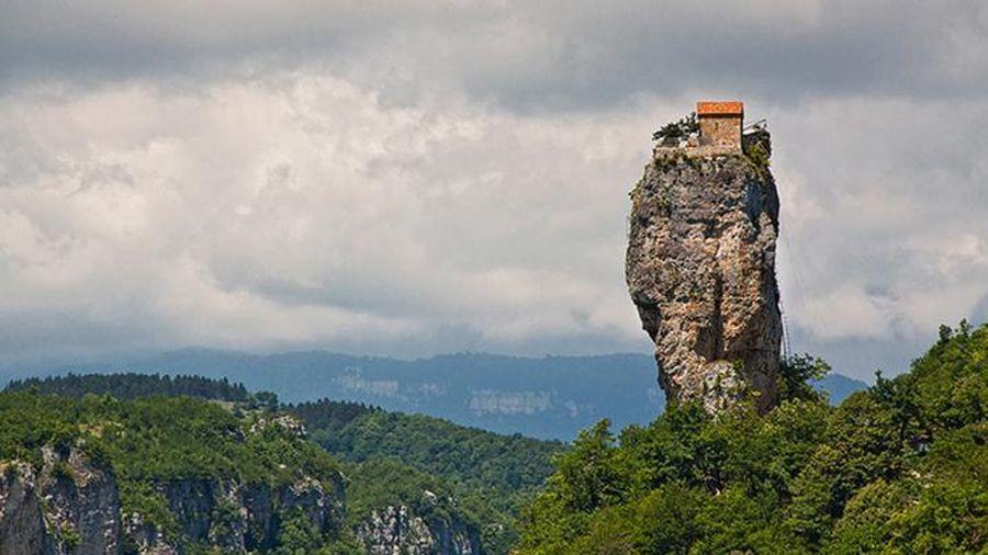 Tu viện trên đỉnh cột đá cao 40 m