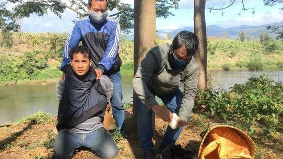 Thanh niên Lào bị tóm gọn, trên vai gùi cả yến ma túy