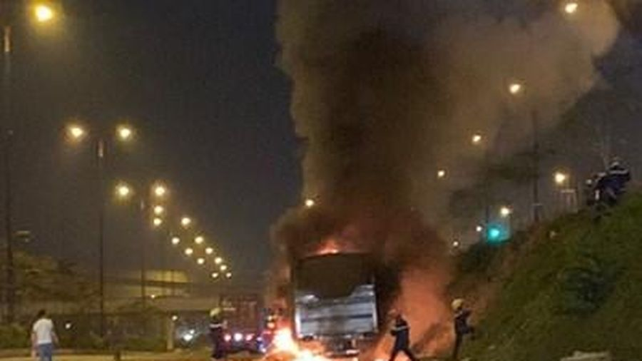 Xe tải chở trái cây cháy ngùn ngụt trong hầm chui ở TP Hồ Chí Minh