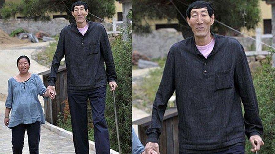 Cuộc sống hiện tại của người đàn ông cao nhất thế giới, hình ảnh vợ con gây ngạc nhiên