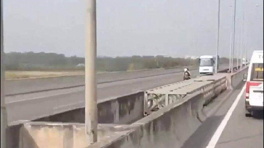 Đôi nam nữ thản nhiên đi ngược chiều làn ô tô cao tốc Long Thành - Dầu Giây
