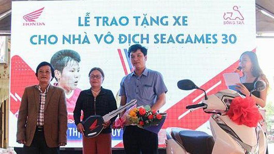 Quảng Ngãi: Trao xe cho cầu thủ Nguyễn Thị Bích Thùy về thành tích vô địch bóng đá SEA Games 30