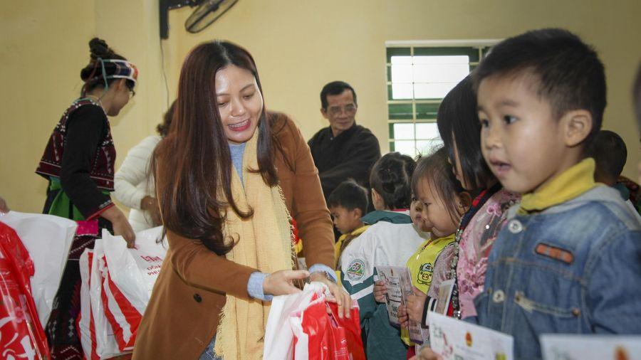 Công ty Thịnh Long tặng quà và học bổng cho học sinh nghèo xã Châu Quế Thượng (Văn Yên - Yên Bái)