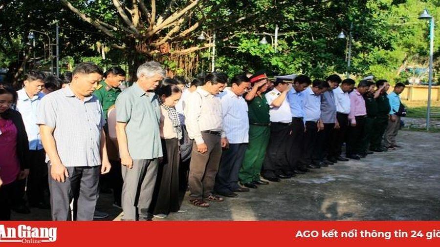 Thăm, chúc Tết cán bộ, chiến sĩ và nhân dân trên đảo Thổ Chu