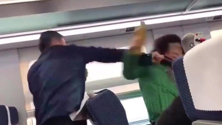 Cậu thanh niên đánh bà già chỉ vì tấm rèm trên tàu hỏa