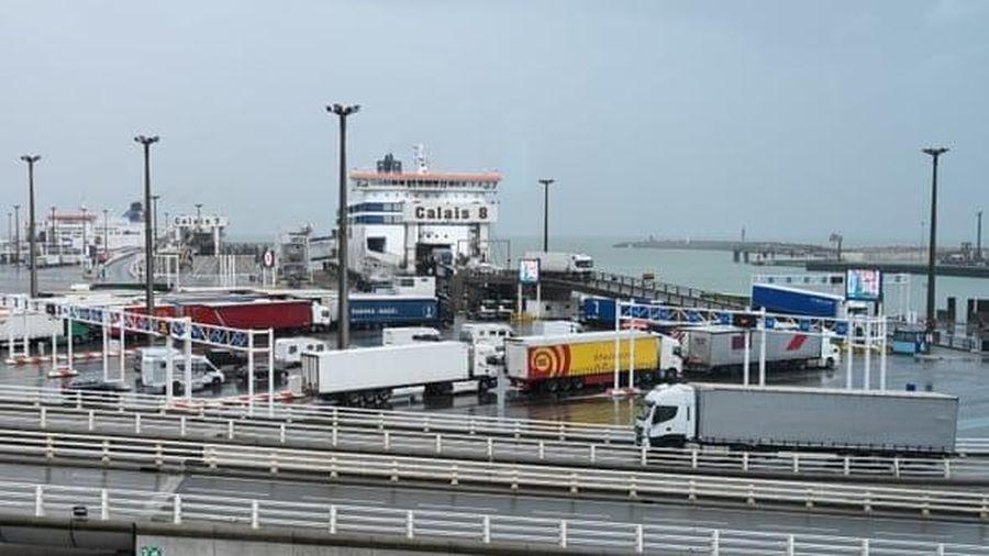 Pháp giải cứu 31 người di cư vượt eo biển Manche đến Anh
