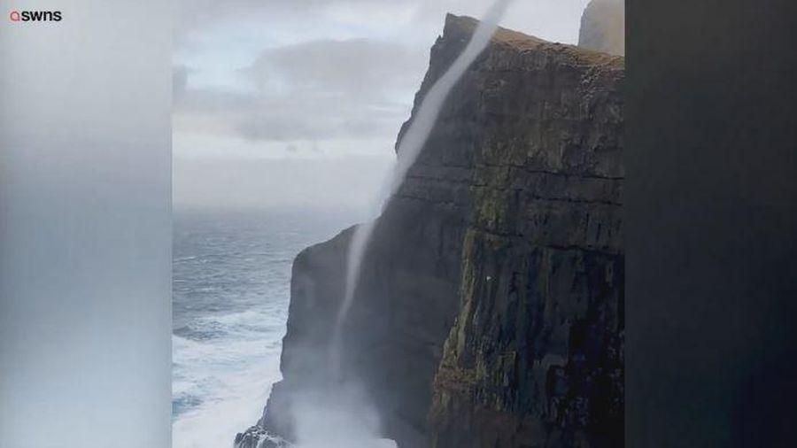 Clip cột nước xoáy cao 470 mét vươn lên đỉnh vách đá