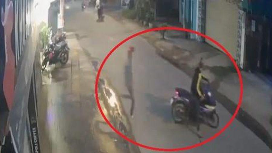 Kẻ trộm xe bỏ chạy thục mạng khi bị chủ nhà phát hiện