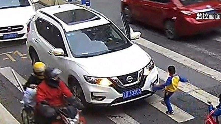 Cậu bé 'trả đũa' chiếc xe vì dám đâm phải mẹ mình