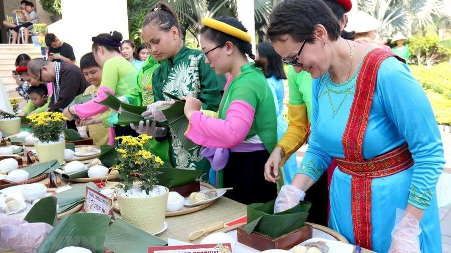 Hơn 100 du khách quốc tế tham gia Lễ hội bánh chưng năm 2020 tỉnh Bình Thuận