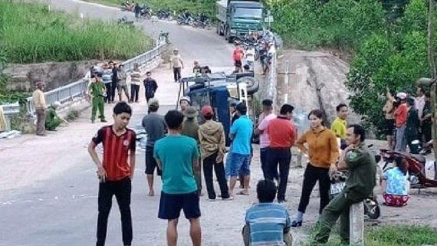 Xe tải mất thắng khi xuống dốc, 2 người chết thảm