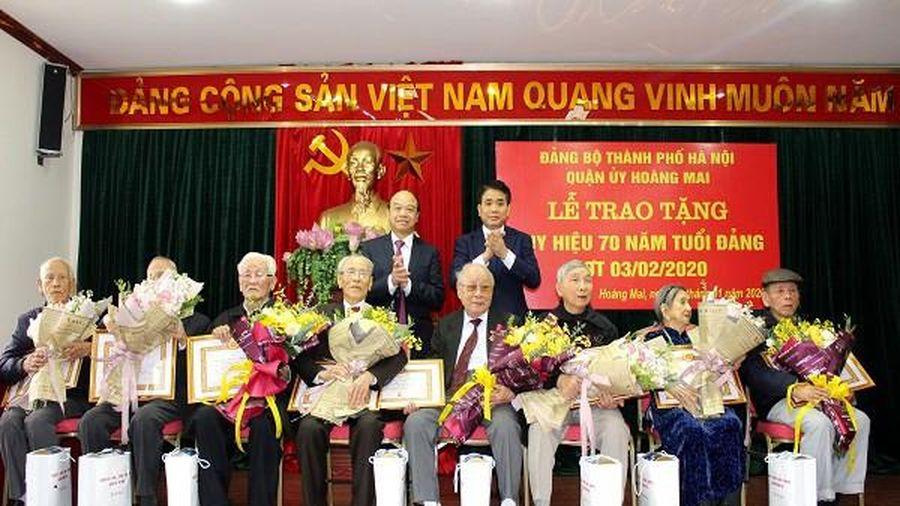 Hà Nội: Trao tặng 8 đảng viên lão thành quận Hoàng Mai Huy hiệu 70 năm tuổi Đảng