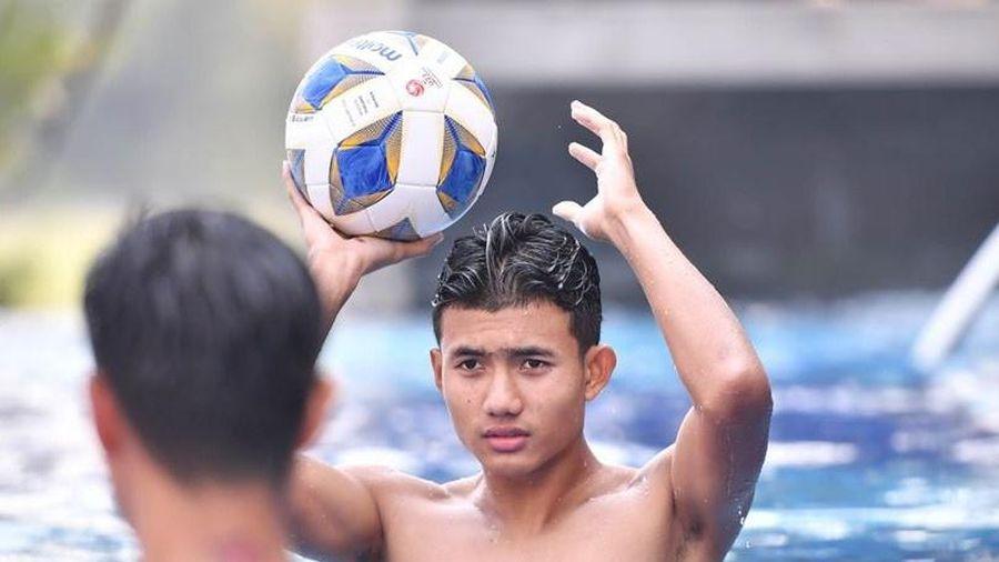 Cầu thủ U23 Thái Lan thư giãn ở bể bơi sau khi vào tứ kết giải châu Á