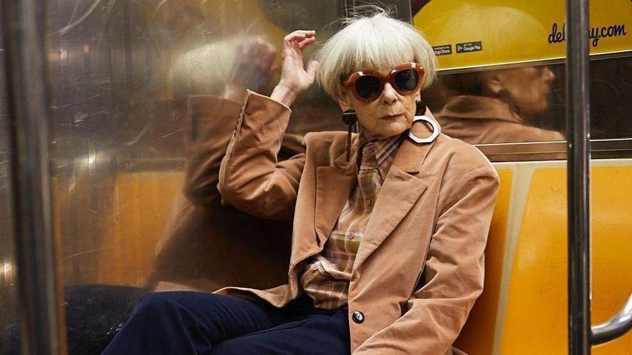 Nữ giáo sư 65 tuổi mặc chất như giới trẻ, bị nhầm là người nổi tiếng