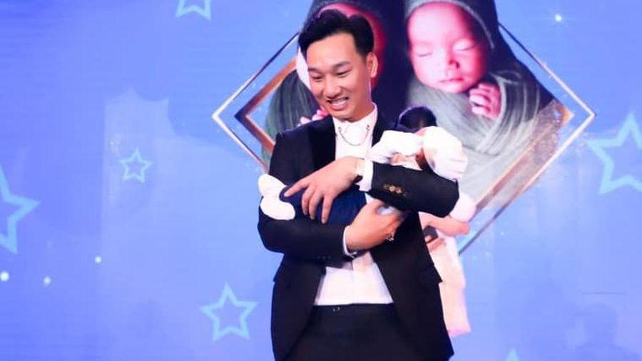MC Thành Trung tổ chức tiệc đầy tháng cho cặp sinh đôi