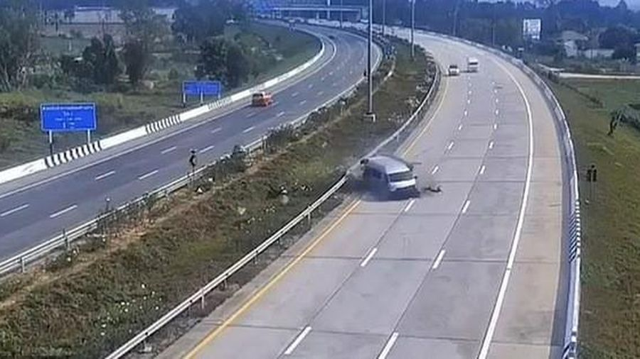 Vừa rời sân bay, 8 du khách Anh bị xe buýt 'quăng' trên cao tốc