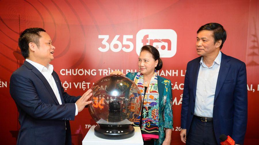 Chủ tịch quốc hội Nguyễn Thị Kim Ngân bấm nút phát sóng chương trình phát thanh liên kết 365 FM