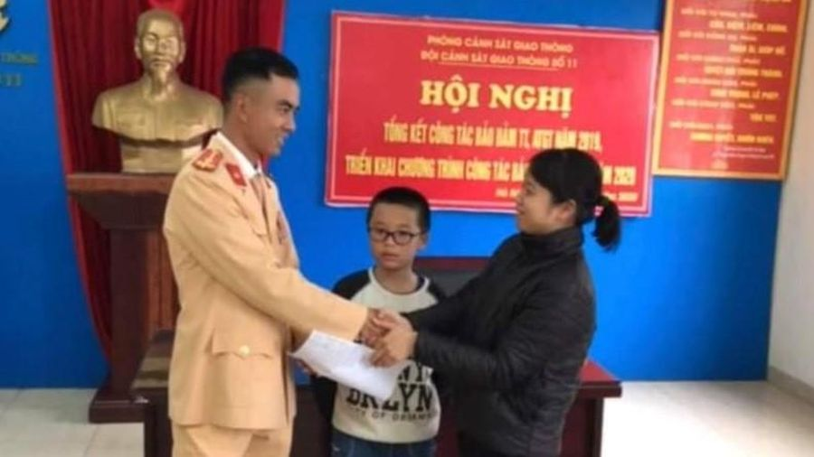 Hà Nội: Một học sinh bị bỏ rơi trên đại lộ được CSGT giúp đỡ