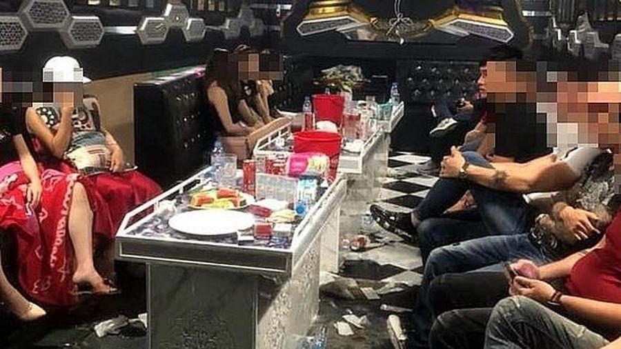 Kiểm tra quán karaoke lúc rạng sáng, phát hiện 20 nam nữ 'mở tiệc' ma túy
