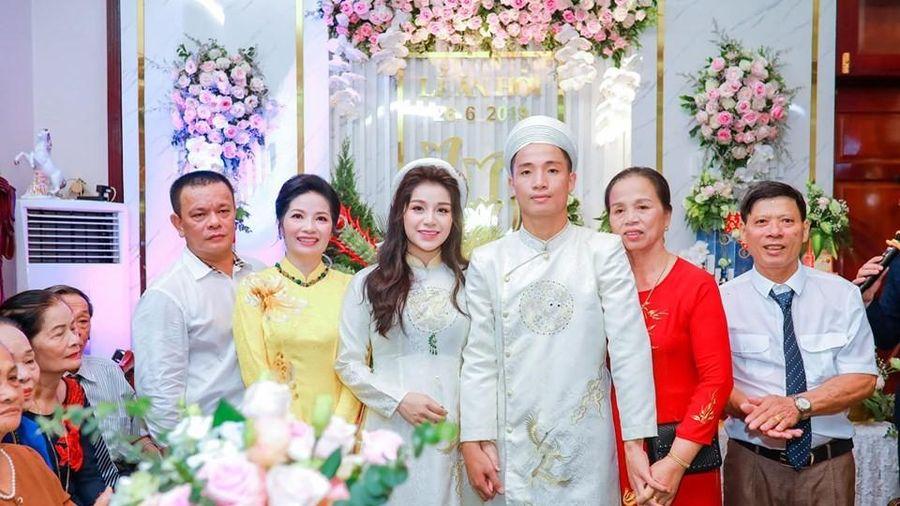 Các cặp vợ chồng cầu thủ Việt: phong cách áo dài nào cũng sang chảnh lồng lộn