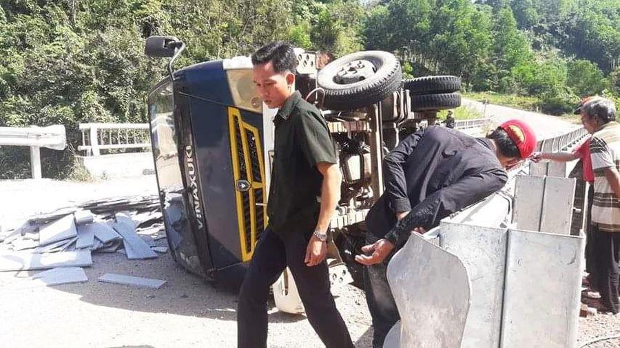 Quảng Nam: Xe tải lật nghiêng vì mất phanh khi đổ dốc, 2 người chết tại chỗ