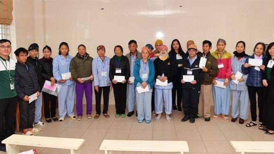 Vietcombank tặng quà cho bệnh nhân khó khăn tại Bệnh viện K