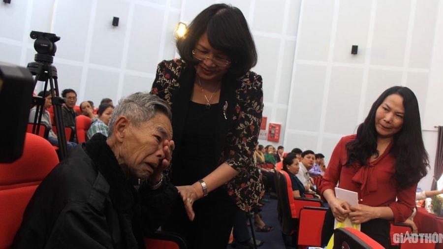 Cụ già xúc động được Phó Chủ tịch nước đến tận nơi tặng quà