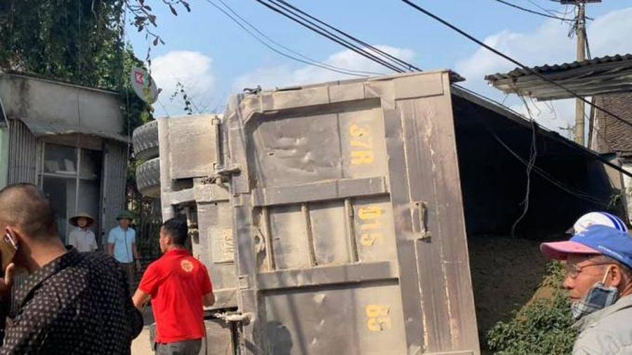 Tránh một cụ bà, xe tải lật đè người phụ nữ đi xe máy tử vong