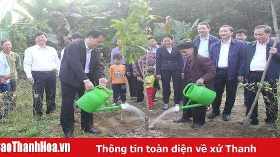 Bộ trưởng Bộ NN&PTNT Nguyễn Xuân Cường thăm, tặng quà tại huyện Thường Xuân