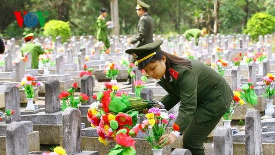 Quảng Trị thay mới 3000 bình 'Hoa dâng mộ liệt sỹ' trong dịp Tết