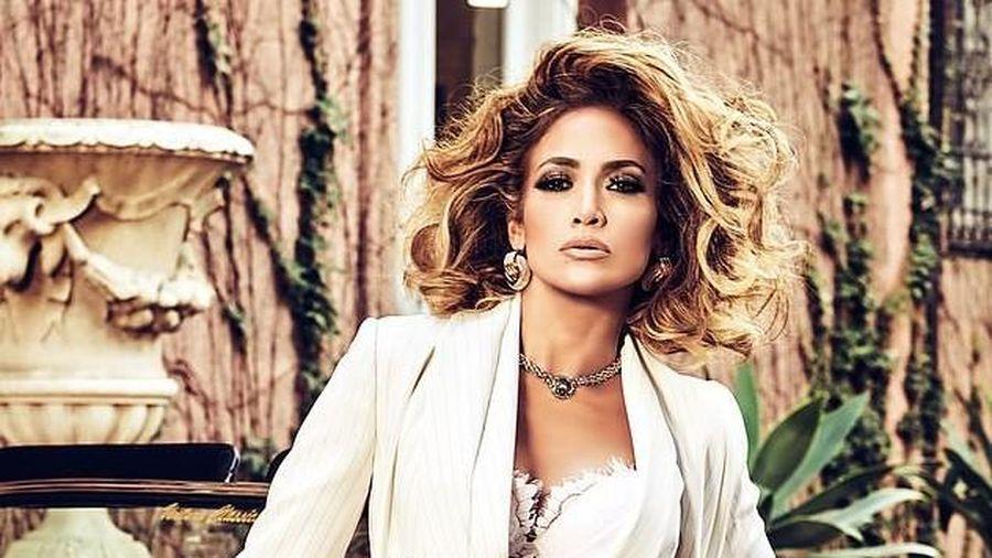 Jennifer Lopez khoe đường cong quyến rũ trong bộ sưu tập Xuân Hè 2020